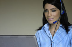 Bedienerfrau im Telefon Stockfotos