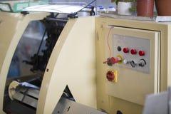 Bedienfeld der Druckpressemaschine mit Knöpfen an der Druckfabrik Lizenzfreies Stockbild