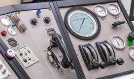 Bedienfeld in einem Cockpit mit Instrumentausrüstung lizenzfreies stockfoto