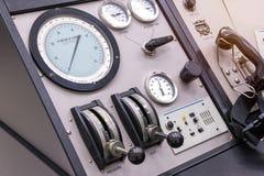 Bedienfeld in einem Cockpit mit Instrumentausrüstung stockfoto