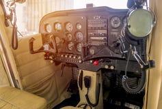 Bedienfeld in einem Cockpit mit Instrumentausrüstung lizenzfreies stockbild
