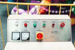 Bedienfeld im Hauptmaschinenraum Aufschriften auf englisches und chinesisch Lizenzfreie Stockfotos