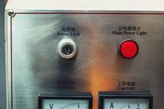 Bedienfeld im Hauptmaschinenraum Aufschriften auf englisches und chinesisch Lizenzfreie Stockfotografie
