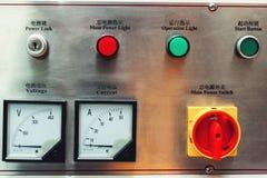 Bedienfeld im Hauptmaschinenraum Aufschriften auf englisches und chinesisch Stockbilder