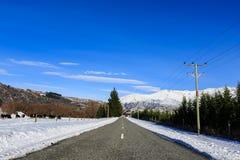Bedingung der vereisten Straße im Winter stockbild