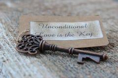 Bedingungslose Liebe ist der Schlüssel lizenzfreie stockbilder