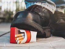 Bedoeling om een pak sigaretten te verpletteren stock fotografie
