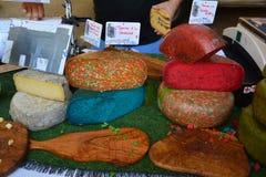 BEDOIN FRANKRIKE - AUGUSTI 1, 2016: Fransk ost av differents färgar på marknaden i Provence Fotografering för Bildbyråer