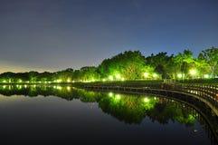 Bedok Reservoir mit Bäumen bis zum Nacht Stockbild
