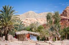 Bedouin dorp in een oase in de woestijn onder de bergen in van Zuid- Egypte Dahab Sinai stock foto