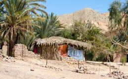 Bedouin dorp in een oase in de woestijn onder de bergen in van Zuid- Egypte Dahab Sinai royalty-vrije stock afbeeldingen