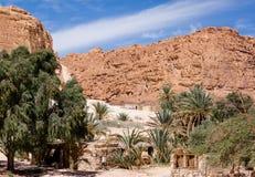 Bedouin dorp in een oase in de woestijn onder de bergen in van Zuid- Egypte Dahab Sinai stock foto's