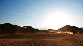 Bedouin dorp in woestijn in bergen in zonsondergang Royalty-vrije Stock Afbeeldingen