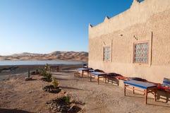 Bedouin kamp en oase in de Sahara Stock Afbeeldingen