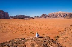 Bedouin nomade met de woestijnmening Royalty-vrije Stock Afbeeldingen