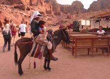 Bedouin op ezel met kind in Petra, Jordanië royalty-vrije stock foto