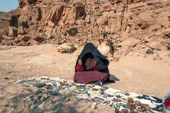 Bedouins w pustynnych sprzedawanie pamiątkach fotografia stock