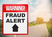 Bedrägerivarning som varnar framåt signagen på vägen Arkivfoto