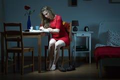 Bedrövlig kvinna som söker efter jobb arkivfoton