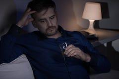 Bedrövlig man som dricker alkohol Arkivfoton