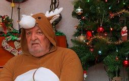 Bedrövlig vresig gamal man på jul royaltyfria foton