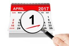Bedrar `-dagbegrepp 1 april 2017 kalender med förstoringsapparaten royaltyfri bild