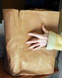 Bedürftige Hände am Lebensmittel-Speiseschrank Lizenzfreie Stockbilder