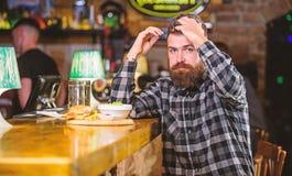 Bedrieg maaltijd Heerlijk hamburgerconcept E r Brutale gebaarde hipster royalty-vrije stock foto