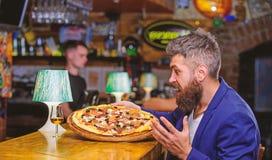 Bedrieg maaltijdconcept Hongerige Hipster eet Italiaanse pizza Voedsel van het pizza het favoriete restaurant Verse hete pizza vo royalty-vrije stock foto