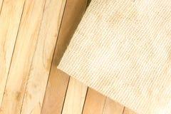 Bedrieg mat met houten textuur als achtergrond Royalty-vrije Stock Afbeeldingen