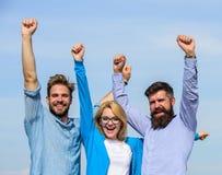 Bedrijf bereikte bovenkant Mensen met baard in formele overhemden en blonde in oogglazen als succesvol team Verschillende 3d bal Royalty-vrije Stock Afbeelding