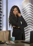 Bedrijf collectief portret van jonge gelukkige en aantrekkelijke zwarte Afrikaanse Amerikaanse bedrijfsvrouw die zekere status gl stock afbeelding
