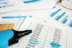 Bedrijf financiële controle Documenten met grafieken en teller stock foto's