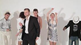 Bedrijf van dansende actieve gelukkige rijpe meisjes en leuke kerels tussen verschillende rassen binnen stock video