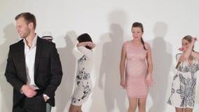 Bedrijf van dansende actieve gelukkige rijpe vrouwen en leuke mannen tussen verschillende rassen in studio stock videobeelden
