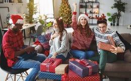 bedrijf van gelukkige vrienden die Kerstmis en Nieuwjaar vieren stock foto