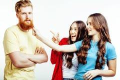 Bedrijf van hipsterkerels, gebaarde rode haarjongen en studentes die pret samen vrienden, diverse manierstijl hebben stock afbeeldingen