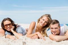 Bedrijf van jongeren op het strand Stock Foto
