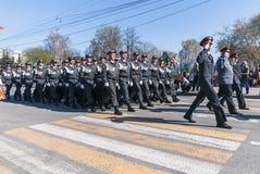 Bedrijf van politiemannen maart op parade Royalty-vrije Stock Foto's