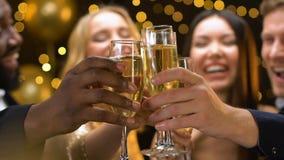 Bedrijf van vrienden die champagneglazen clinking bij nieuwe jaarpartij, die pret hebben stock footage