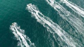 Bedrijf van vrienden op Ski Jet Driving Through Waves stock videobeelden