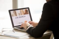 Bedrijfarbeider die nieuwe carrièrekansen zoeken royalty-vrije stock afbeelding