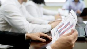 Bedrijfarbeiders die rapportdocumenten op lijst, commerciële vergadering in firma bespreken royalty-vrije stock foto