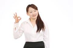 Bedrijfs Aziatische vrouw die o.k. teken toont Royalty-vrije Stock Afbeeldingen