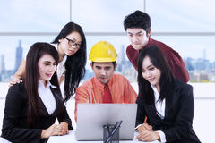 Bedrijfs bespreking met laptop Royalty-vrije Stock Foto's