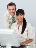 Bedrijfs collega's die laptop met behulp van Royalty-vrije Stock Afbeeldingen