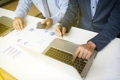Bedrijfs concept Bedrijfsmensen die de grafieken bespreken en grap stock afbeelding