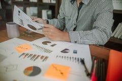 Bedrijfs concept Bedrijfsmensen die de grafieken en de grafieken bespreken die de resultaten van hun succesvol tonen royalty-vrije stock fotografie