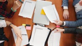 Bedrijfs concept Een het productieve werk team die een conferentie hebben en het programma en het rapport over het werk bespreken stock footage