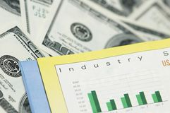 Bedrijfs concept - Grafieken en dollarbankbiljetten Stock Foto